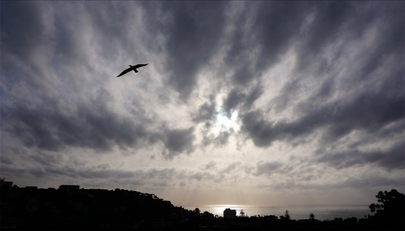 Nubes altas y bajas arrastradas por el levante