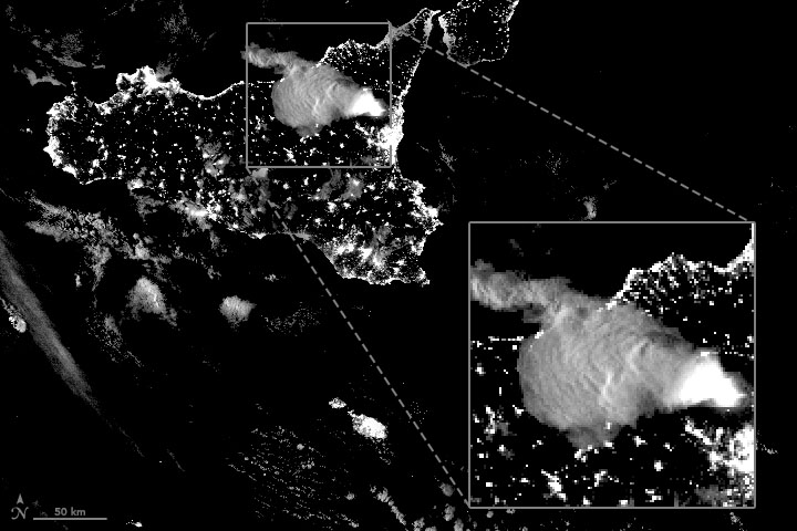 Volcán Etna: erupción nocturna, con pirocúmulo y lava