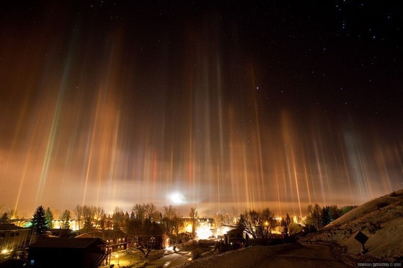 Pilares de luz en la atmósfera helada